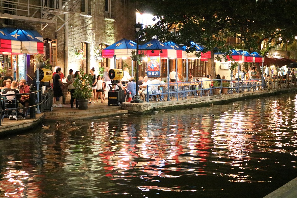 San Antonio Riverwalk, home of the best entertainment for college students in Texas.